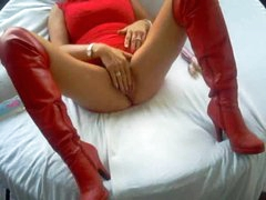 Homemade milf in leather boots toy bonks pussy